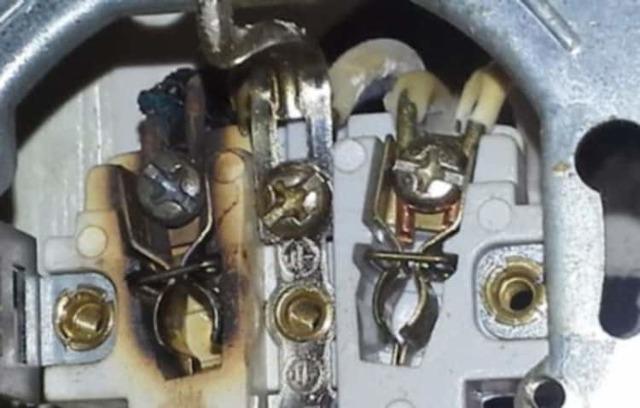 Почему искрит вилка в розетке при включении и отключении цепи