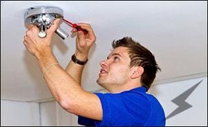 Что лучше - делать электромонтаж самому или вызывать профессиональных электриков?