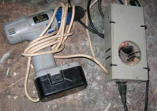 Как запитать аккумуляторный шуроповерт от электрической сети